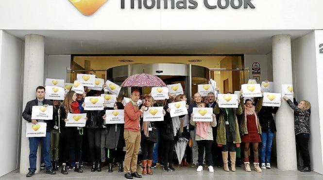 Demonstrierende Thomas-Cook-Beschäftigte vor der Zentrale in Palma.