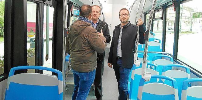 Palmas Bürgermeister Jose Hila mit EMT-Managern in einem der neuen gasbetriebenen Stadtbusse.