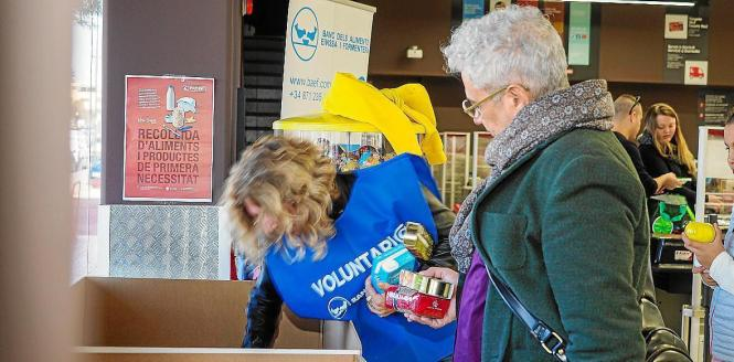 Freiwillige bei einer Sammelaktion der Food Bank.