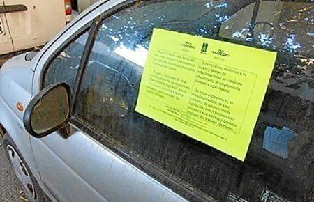 Sobald der Verdacht aufkommt, dass ein Wagen seit längerer Zeit nicht mehr bewegt worden ist, bringen Rathaus-Mitarbeiter einen Aufkleber am Fahrzeug an und versuchen den Halter zu ermitteln.