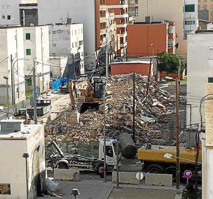 """Palmas Problemviertel """"Corea"""" soll nach und nach der Vergangenheit angehören. Am Dienstag wurde ein weiterer Block unter den Augen der Stadtverwaltung abgerissen."""