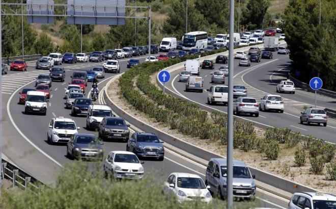 Dichter Verkehr auf einer Mallorca-Autobahn.