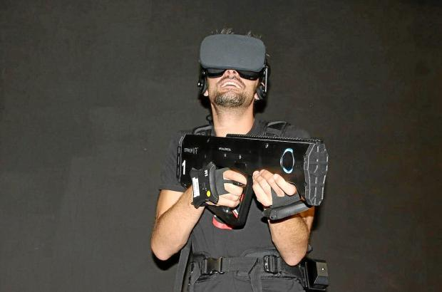 Sieht komisch aus, ist aber Virtual Reality! Ein Spieler mit einer 3D-Brille.