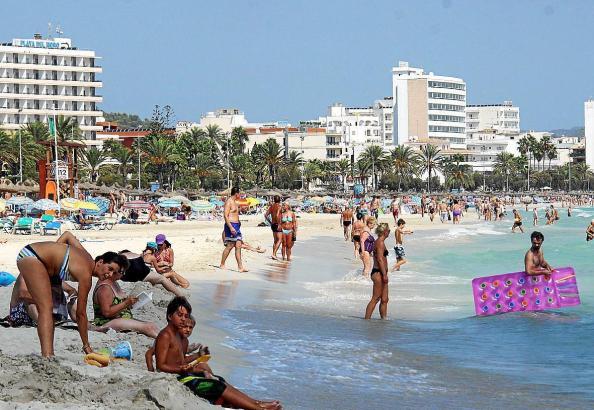 Voller Strand von Cala Millor im Sommer.