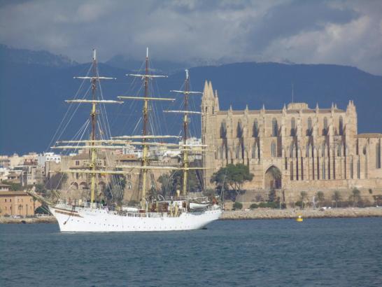 Zwei Hingucker auf einen Blick: Die Sørlandet schippert vor der Kathedrale von Palma.