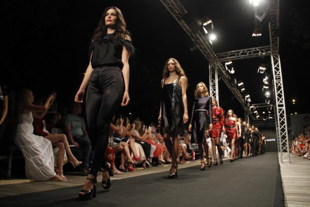 Models zeigen Kleider in Palma.