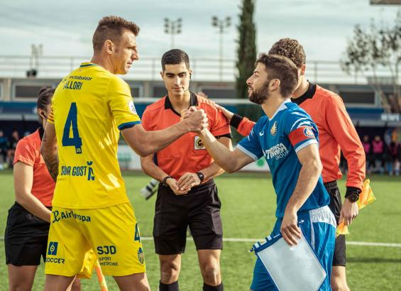 Atlético-Baleares-Kapitän Guillermo Vallori mit seinem Getafe-Kollegen Miguel Acosta vor dem Spiel.