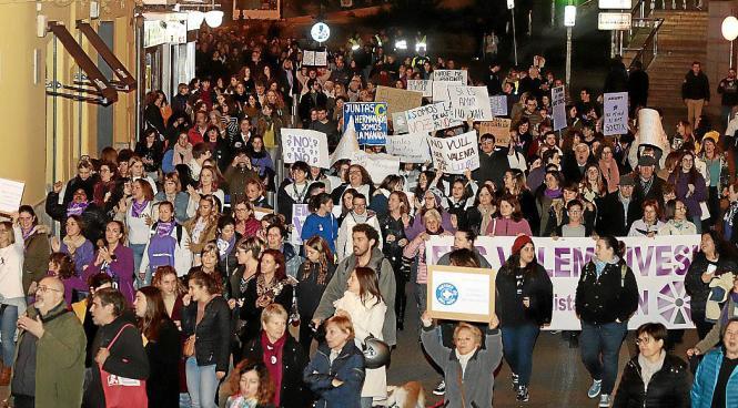 Mehrere tausend Menschen demonstrierten gestern in Palma gegen Gewalt an Frauen.