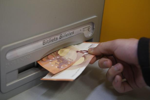 Eine Rentnerin wurde um 15.000 Euro von einem Bankangestellten erleichtert.