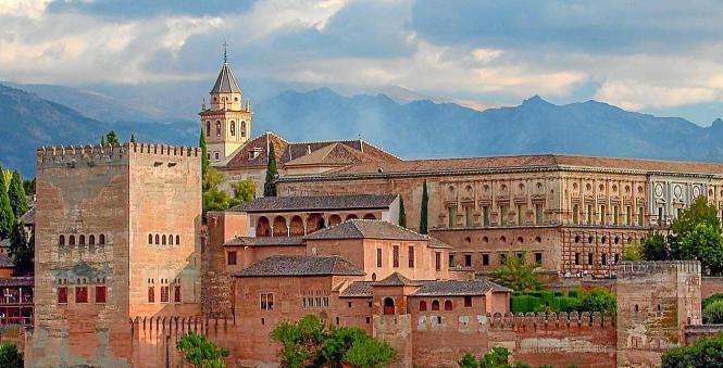 Unter der Herrschaft der Nasriden begann der Bau eines bedeutenden architektonischen Monuments – der Alhambra in Granada.