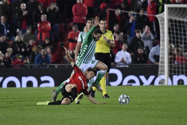 An Einsatz hat es nicht gemangelt. Hier kämpft Real Mallorcas Aleix Febas fast schon am Boden liegend noch mit Betis-Kicker Andrés Guardado um den Ball.