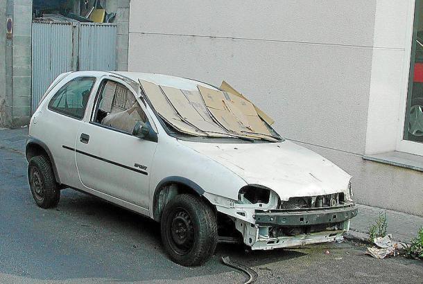 Schrottauto am Straßenrand auf Mallorca.