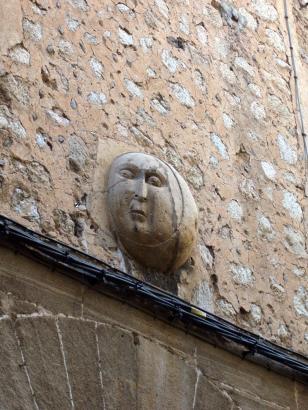 """Mondantlitz an der Hausfassade der """"Casa de Sa Lluna"""" in Sóller."""
