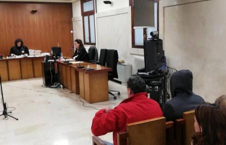 Die beiden Angeklagten vor Gericht.