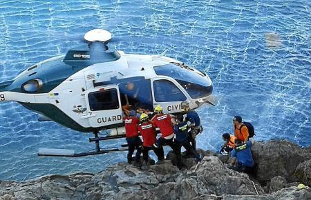 Die Tote wurde in einem Hubschrauber weggebracht.