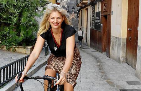 """Mit High Heels auf dem Herrenrad: Moderatorin Martina Hirschmeier findet sich selbst """"edgy"""", also mit Ecken und Kanten."""