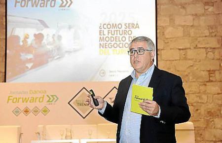"""Jesús Navarro der Beraterfirma """"Innsai"""" stellte in Palma sechs Tourismustrends vor."""