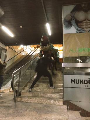 Die grüne Figur wird die Treppe heruntergeschafft.