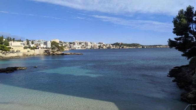 Der Strand von Cas Catalá im Dezember.