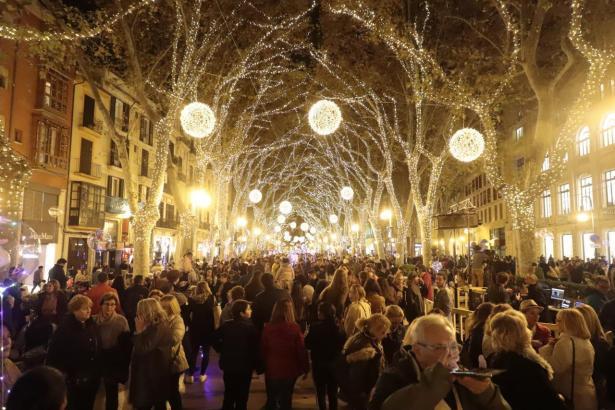 Die Weihnachtsbeleuchtung in Palma zieht viele Besucher an.