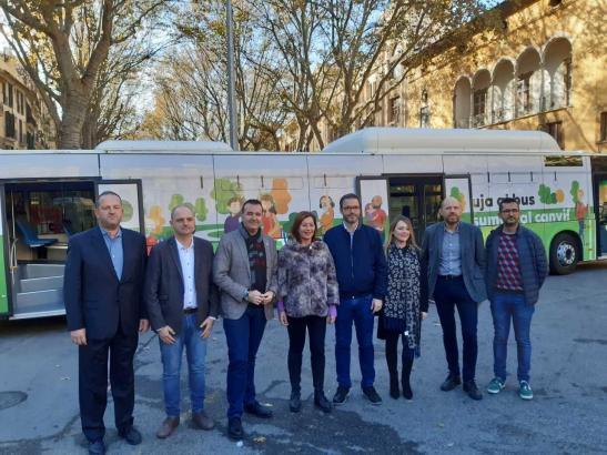 Ministerpräsidentin Armengol und andere Politiker vor einem der neuen Busse.