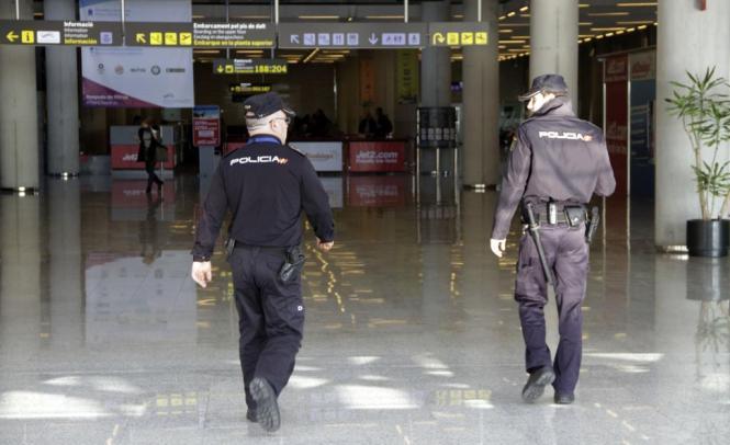 Polizisten beim Einsatz im Flughafen.