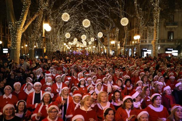 Die Teilnehmer an der Benefiz-Aktion auf Palmas Flaniermeile, dem Paseo del Borne, trugen rote Nikolauskostüme.