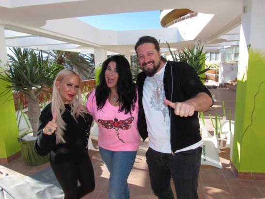 """Da war die Welt noch in Ordnung: Iris Klein (Mitte) bei der Eröffnung ihres ersten Playa-Lokals """"Evergreen"""" mit Partnerin Nadescha Leitze und Lukas Grüter."""