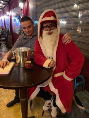 """Auch ein Weihnachtsmann durfte beim Obdachlosenessen an der Playa de Palma nicht fehlen - gespielt von Stimmungssänger Lorenz Büffel (""""Johnny Däpp"""")."""