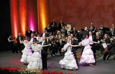 Das Strauss Festival Orchestra ist im Auditorium zu sehen.