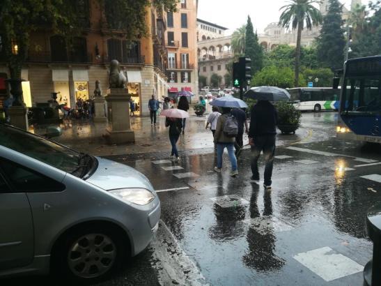 Die Regenschirme werden wieder aufgespannt.