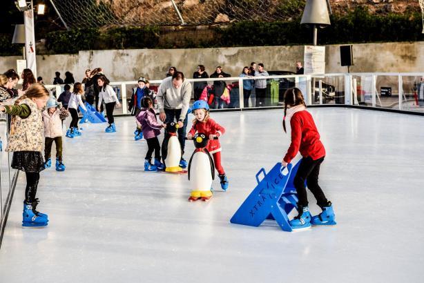 In Port Adriano gibt es eine Eisbahn für Groß und Klein.