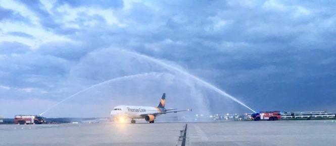 """Mit einer Wasserfontäne der Flughafenfeuerwehr wurde 2018 die neue Airline """"TCAB"""" auf Mallorca begrüßt."""