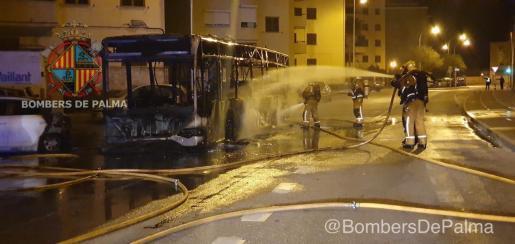 Die anrückende Feuerwehr konnte ungeachtet ihres raschen Eingreifens nicht verhindern, dass der Bus zum Totalschaden wurde.