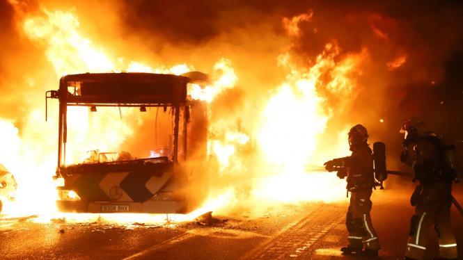 Der Nachtbus der Linie N3 ist in Palmas Stadtteil Sa Indioteria völlig ausgebrannt. Sechs weitere Fahrzeuge wurden beschädigt.