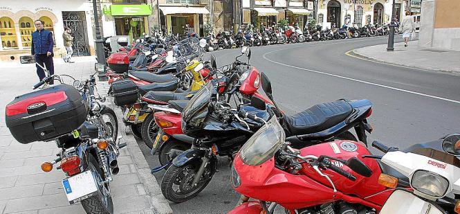 Auch Motorradfährer können in Palma Probleme haben, einen Parkplatz zu finden.