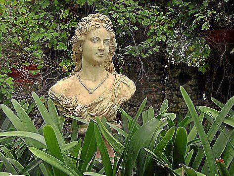 """""""Querbeet extra"""" zeigt unter anderem die UNESCO-geschützte Gartenanlage """"Huerto del Cura"""" in Alicante, in der diese Mädchen-Büste steht."""