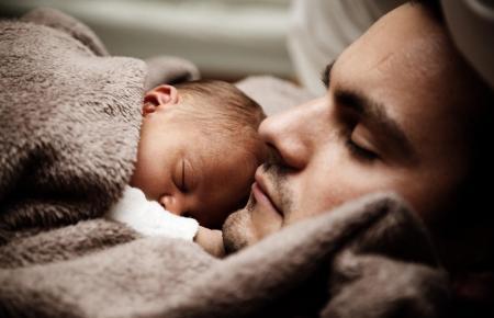 Berufstätigen Vätern steht ab 2020 eine längere Elternzeit zu.