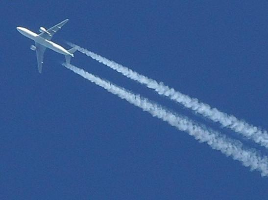 Oben im Himmel ist es sehr kalt, am Jet kann sich deshalb Eis bilden.