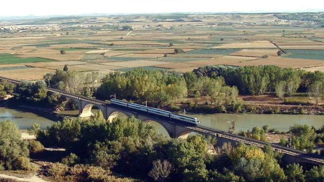 Der Zug fährt durch die Landschaft Nordspaniens.