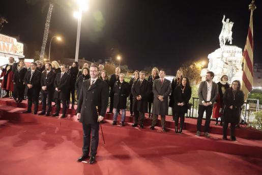 Palmas Bürgermeister José Hila und weitere Stadträte nahmen Aufstellung am Reiterstandbild König Jaume I. in Palma.