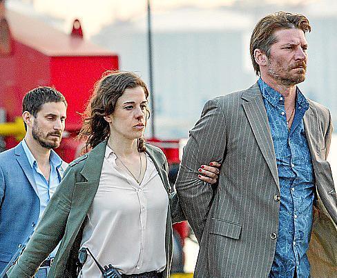 Fina Valent (Anne Schäfer) und Xavi Bonet (Clemens Schick) nehmen den Gangster Geerard (Luka Peros, r.) fest.