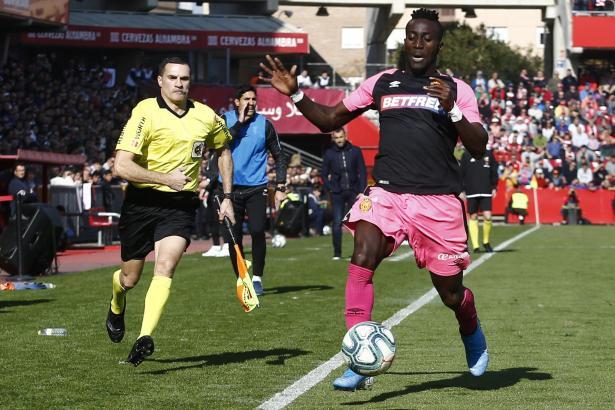 Eine Szene aus dem Spiel von Real Mallorca beim FC Granada: Inselkicker Lago Junior erwischt den Ball, bevor er die Auslinie überschreitet.