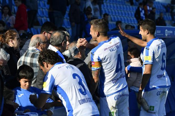 Nach ihrem Sieg gegen Peña Deportiva standen die Atlético-Baleares-Spieler noch den Fans zur Verfügung.