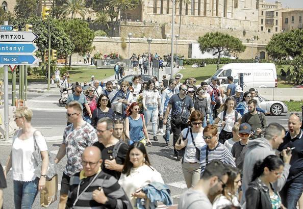 Menschenmassen vor der Kathedrale im April 2019.