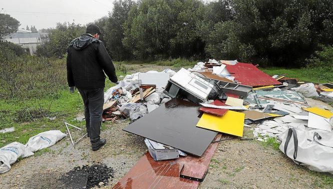 Diesen Müll entsorgte eine Kneipe mitten in der Landschaft.