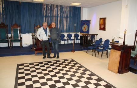 Die Logenbrüder de Haro und Maul im großen Versammlungssaal.