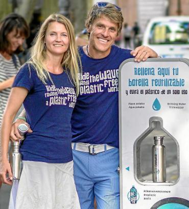 Dänin Line Hadsbjerg und ihr deutscher Ehemann Philipp Baier vor der ersten Cleanwave-Trinkwasserauffüllstation an der Plaça del Mercat in Palma.