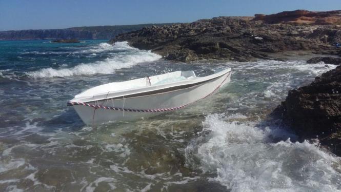 Migrantenboot auf einem Küstenabschnitt der Insel.