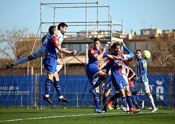 Orfila steigt am höchsten und macht das 1:1 für Atlético Baleares.